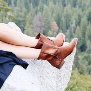 FRYE | Cara Short Boot Cognac